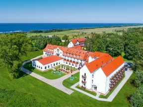 Blick von oben auf das Hotel Mona Lisa Boutique Wellness & Spa mit der Ostsee im Hintergrund
