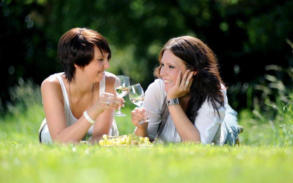 Zwei Frauen trinken Wein