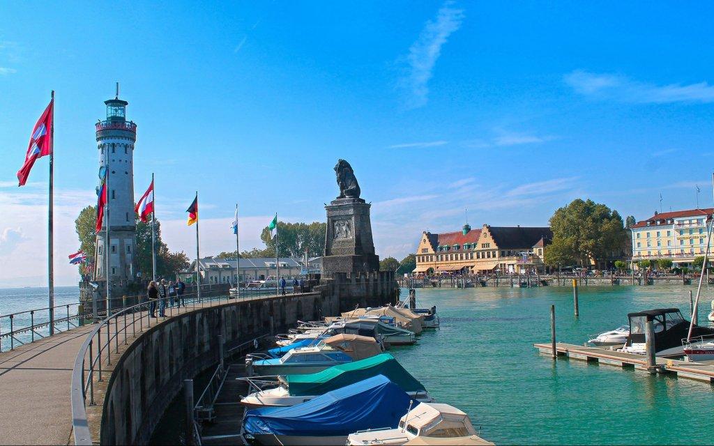 Hafeneinfahrt mit Leuchtturm in Lindau am Bodensee