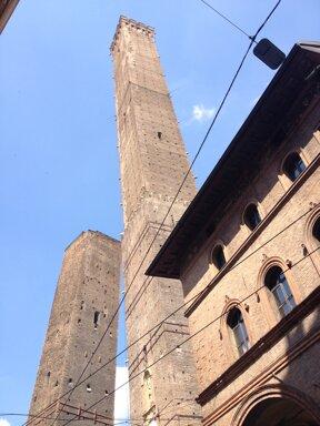 Der größere der beiden Geschlechtertürme in Bologna