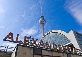 Fernsehturm mit Alexanderplatz- Logo