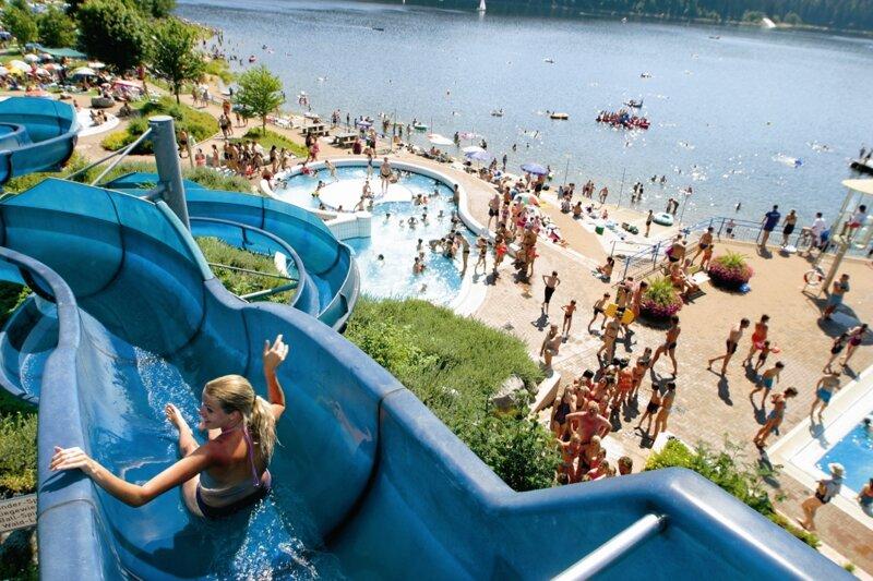 Kind rutscht in der blauen Rutsche im Aqua Fun