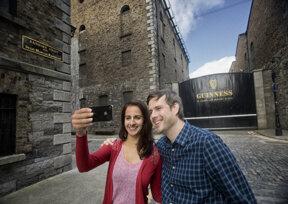 Guinness Storehouse, außen, mit Leuten ©Brian Morrison, Tourism Irrland