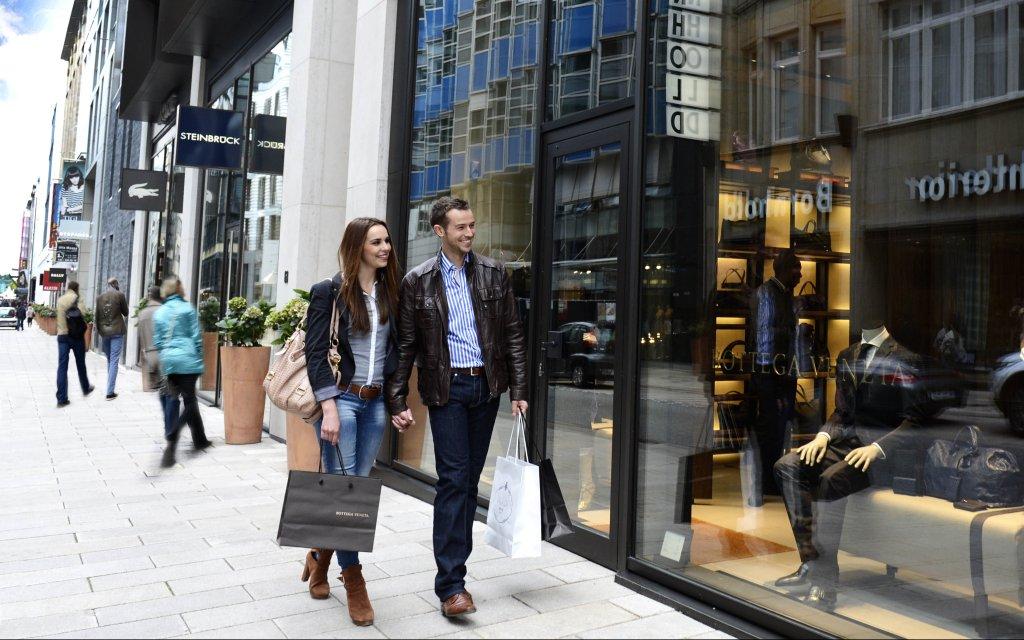 Pärchen beim shoppen