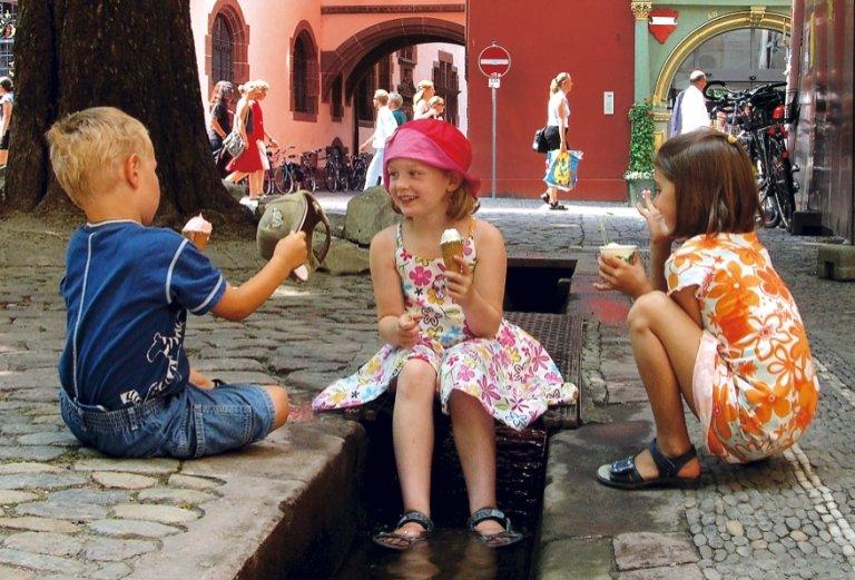 Bächle Freiburg - Kinder kühlen sich ab