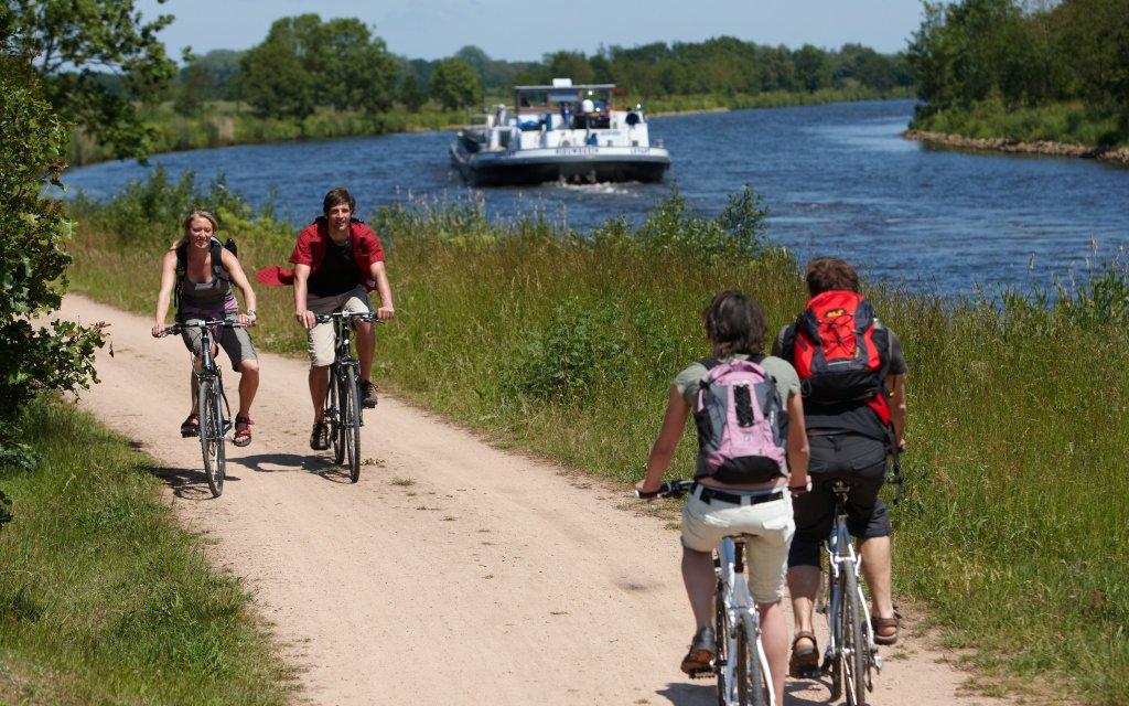 Radfahren am Wasser Schiff auf Fluß