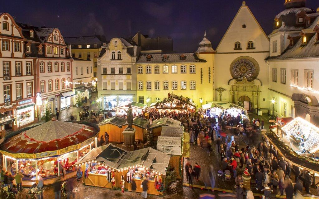 Weihnachtsmarkt in Koblenz am Abend