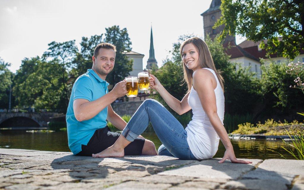 Pärchen in Pilsen mit Bier