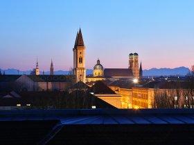 Muenchner Kirchen und Alpenpanorama Foto Tommy Loesch, München Tourismus