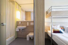 Dreibettzimmer mit Bad