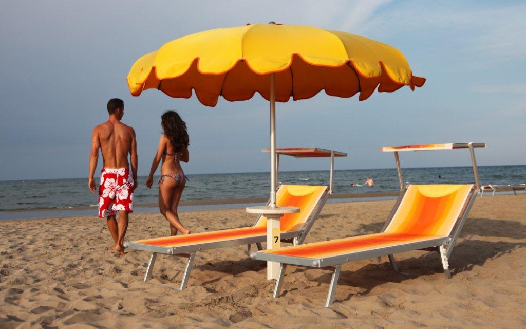 Pärchen am Strand von Riccione an der Adria