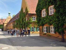 Augsburg Besucher in der Fuggerei©Regio Augsburg Tourismus GmbH, Friedrich Stettmayer