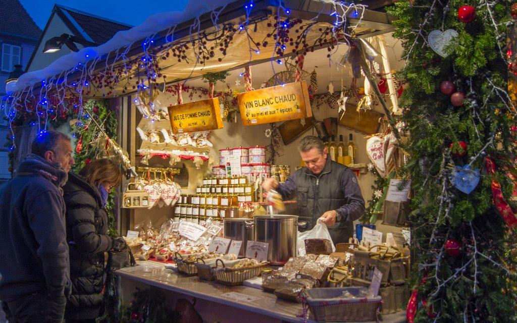 Verkaufsstand auf dem Weihnachtsmarkt in Colmar, Elsass