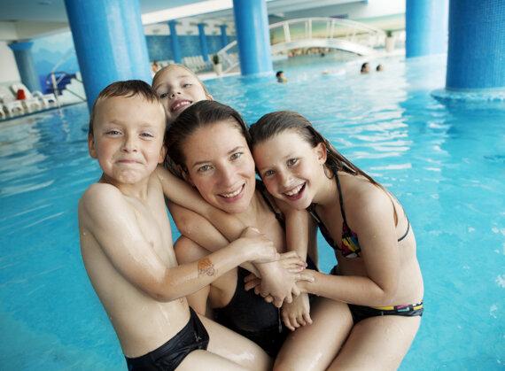 Frau mit Kinder im Pool