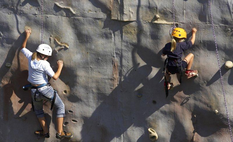 Kinder beim Klettern in Spindlermühle