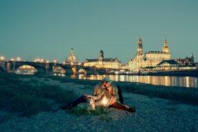 Romantisches Pärchen am Dresdner Elbufer, mit Altstadtkulisse im Hintergrund