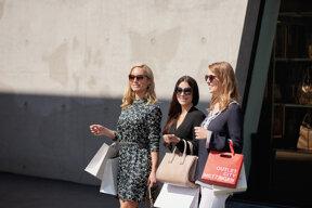 1605 OCM Streetstyle 3 Female vor Store 01 Web Foto OUTLETCITY METZINGEN