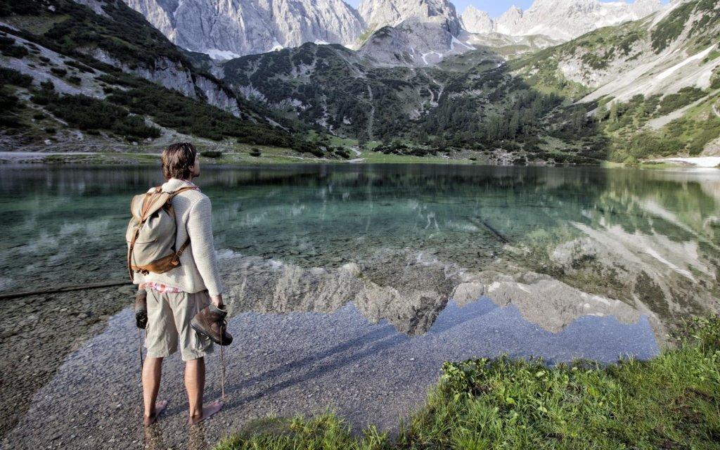 Mann in einem See in Österreich