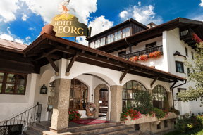 Blick auf den Eingangsbereich des Johannesbad Hotel St. Georg