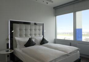 Guestroom Bett mit Aussicht auf Rhein