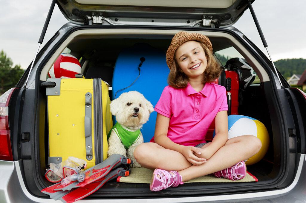 Kind und Hund im Kofferraum