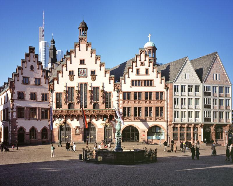 Römer im Frankfurt mit den Gerechtigkeitsbrunnen im Vordergrund